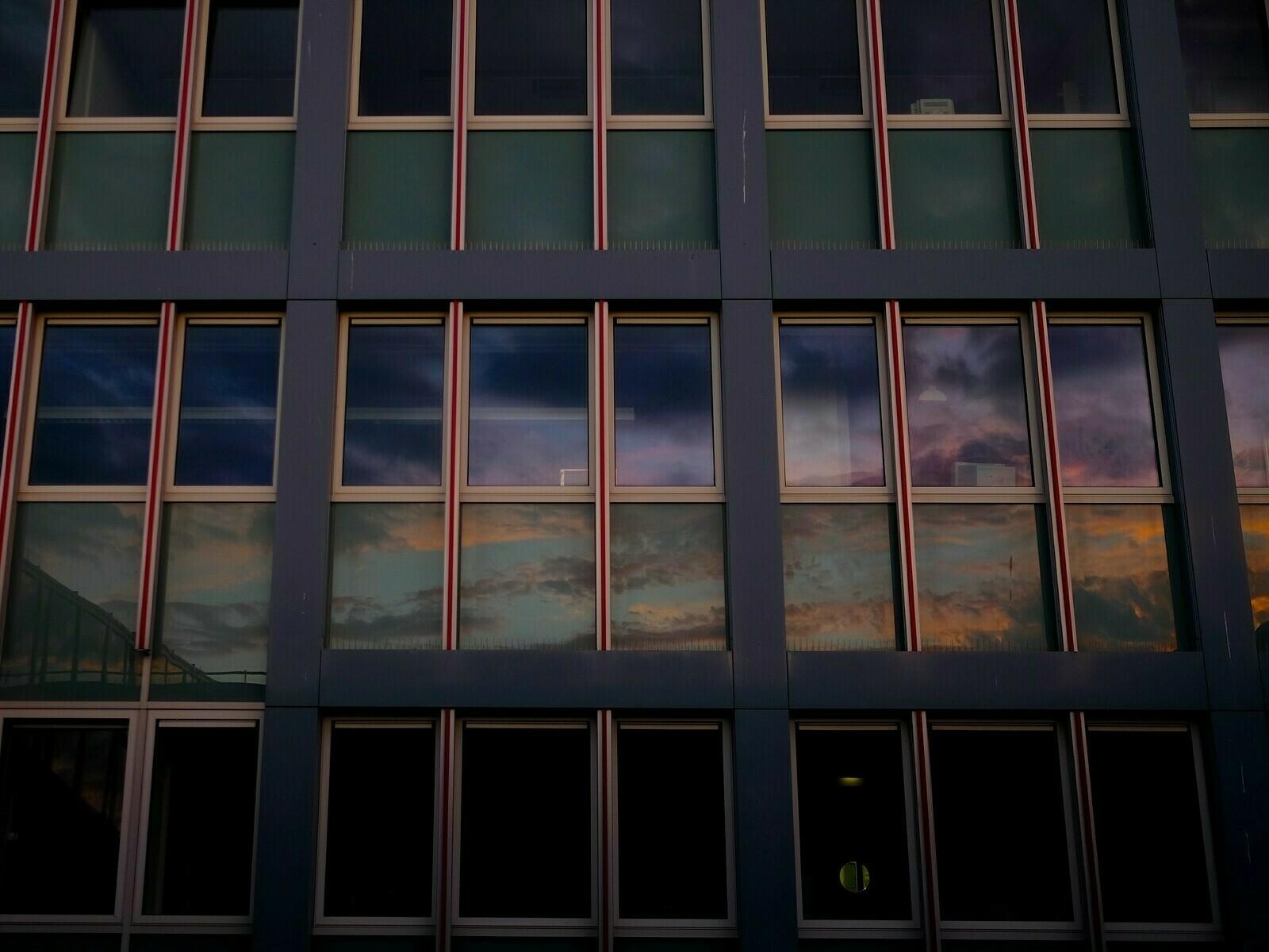 Reflexion im Bürofenster 1