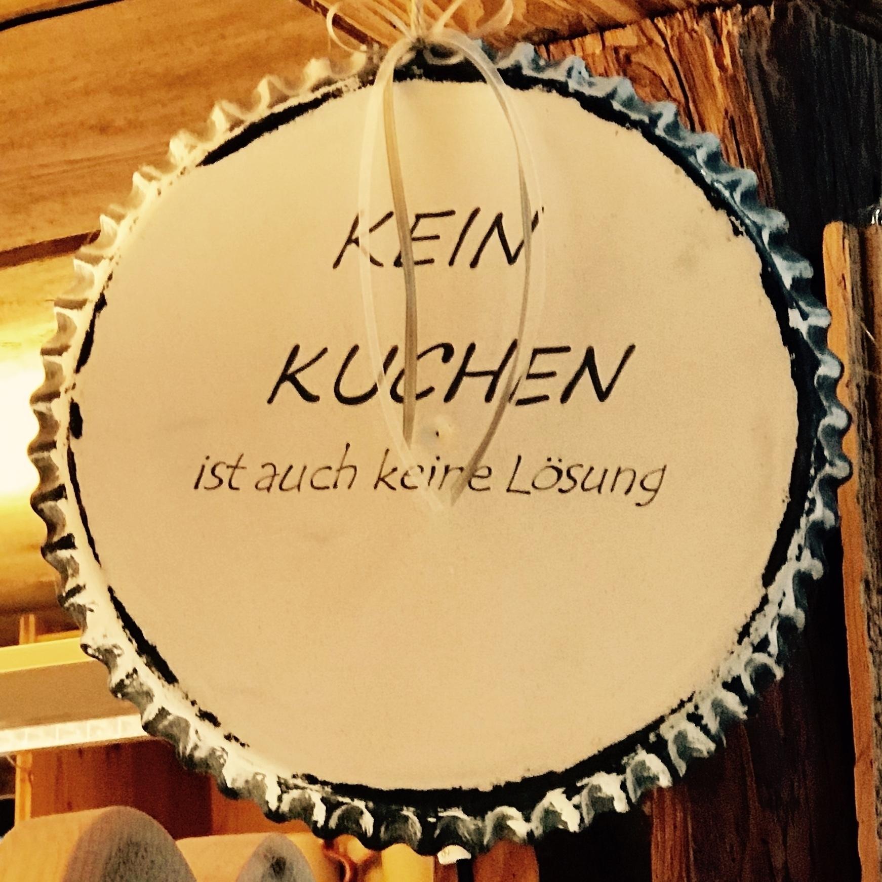 """Kuchenform zum Aufhängen als Dekoration mit der Aufschrift """"Kein Kuchen ist auch keine Lösung"""" in Anspielung auf das Lied """"Kein Alkohol ist auch keine Lösung"""" der Band """"Die Toten Hosen""""."""